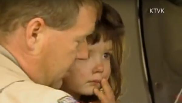 孩子的爸爸和小姨都感謝英雄狗狗讓他們的「小天使」安然無恙。(視頻截圖)