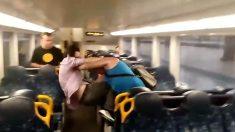 (영상) 달리는 기차 안 난데없는 몸싸움의 훈훈한 마무리