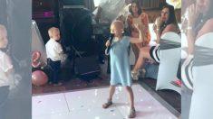 암투병 '꼬마 숙녀'가 부르는 결혼식 축가, 하객들 감동의 눈물