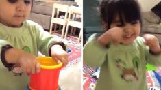 """""""됐다!"""" 새로운 도전에 성공한 뒤, 환호하는 2살 아기"""
