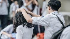 소나기 쏟아지자 여사친 머리 위에 '손 우산' 만들어준 남고생