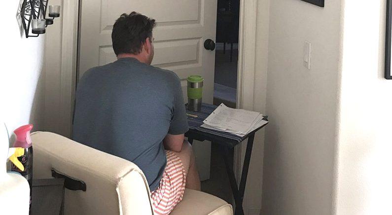 격리조치된 암환자 아내 혼자 둘 수 없어 밤새 문밖 지키고 앉아있는 남편