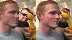 닭 인형 공격받고 정색 유지해야 '합격'한다는 미국 경찰학교 웃음참기 훈련 (영상)