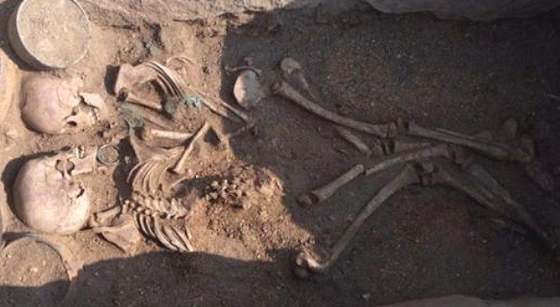 서로 마주 보고 꼭 껴안은 4천년 전 연인의 무덤이 발굴됐다
