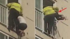 아파트 9층 난간에 매달린 여성을 '한 손'으로 번쩍 들어 살린 소방관
