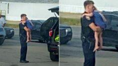 칼 휘두르는 가정폭력 아빠한테서 구출한 아이 품에 안고 진정시키는 미국 경찰의 모습